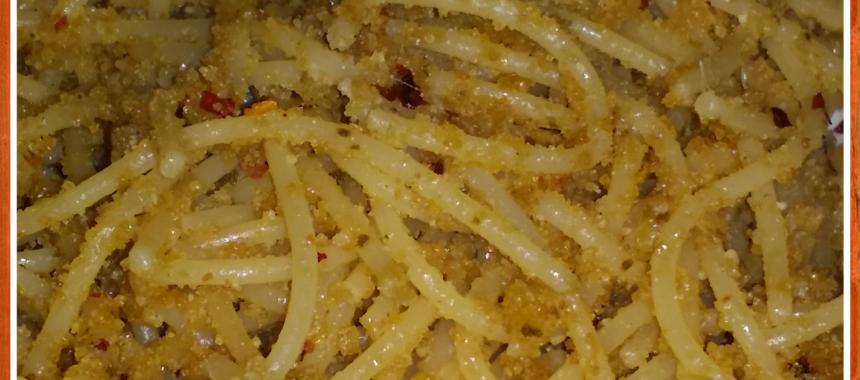 Spaghetti aglio e olio con acciughine e mollica aromatica